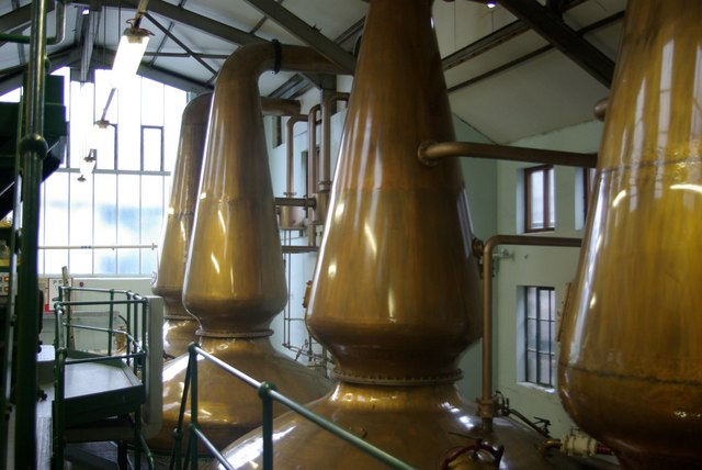 Copper_stills_inside_Jura_distillery_-_geograph.org.uk_-_996317